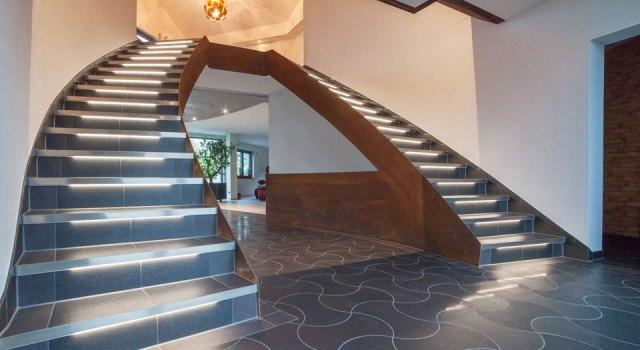 Beleuchtete Treppenanlage